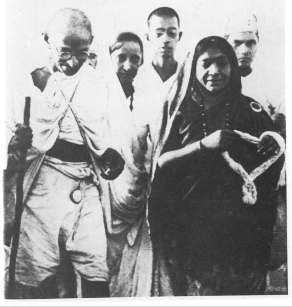 Sarojini Naidu receives Gandhi on the Salt March, Dandi, 1930